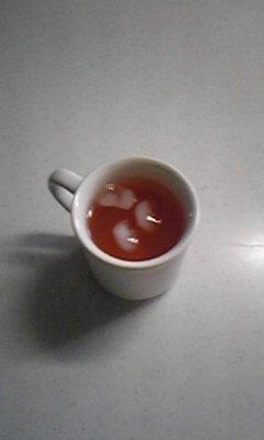 酵素美人・赤カップに入れて氷を入れたところ